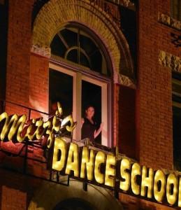 Полина в окне школы танцев
